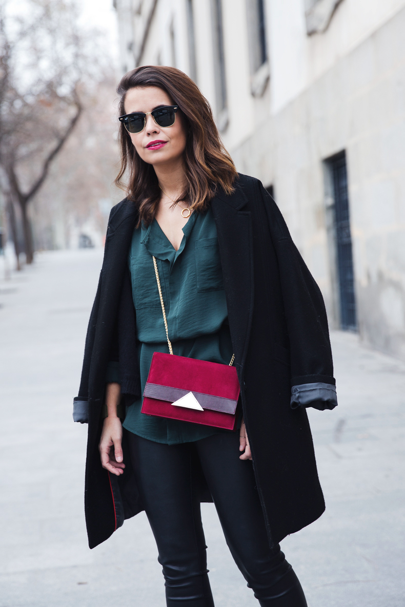 Leather_Trousers-Black_Coat-Gree_Shirt-Burgundy-Outfit-Street_style-14