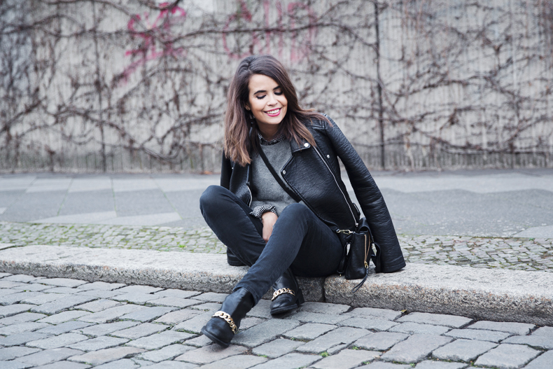 Check_Shirt-Grey_Knitwear-Black_Jeans-Chained_Booties-Street_Style-Outfit-23