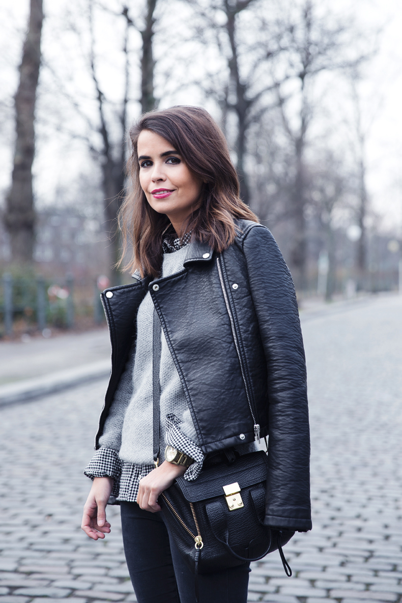 Check_Shirt-Grey_Knitwear-Black_Jeans-Chained_Booties-Street_Style-Outfit-14