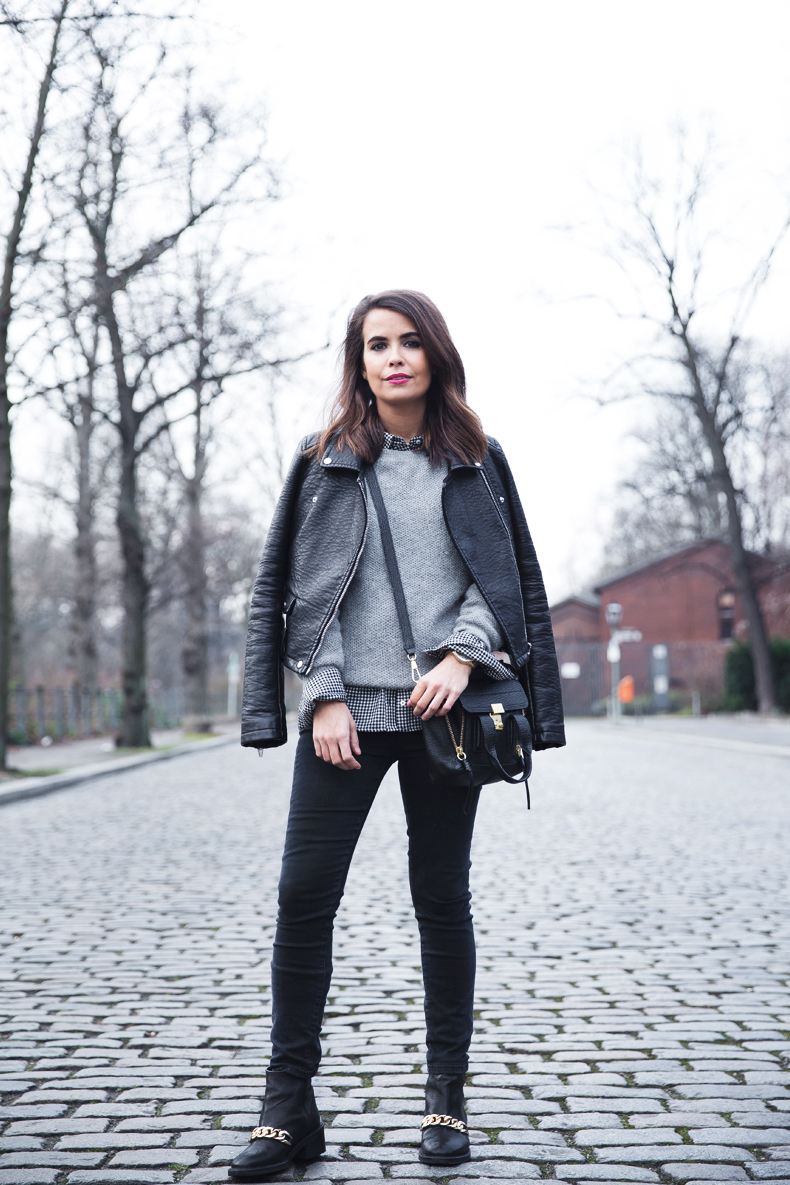 Check_Shirt-Grey_Knitwear-Black_Jeans-Chained_Booties-Street_Style-Outfit-10