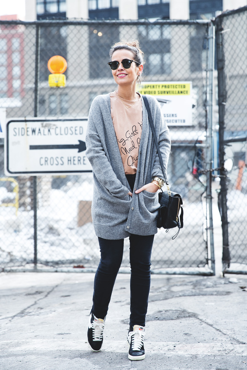 Sarenza-Sneakers-Jeans-Cardigan-Outfit-Street_Style-NYFW-24