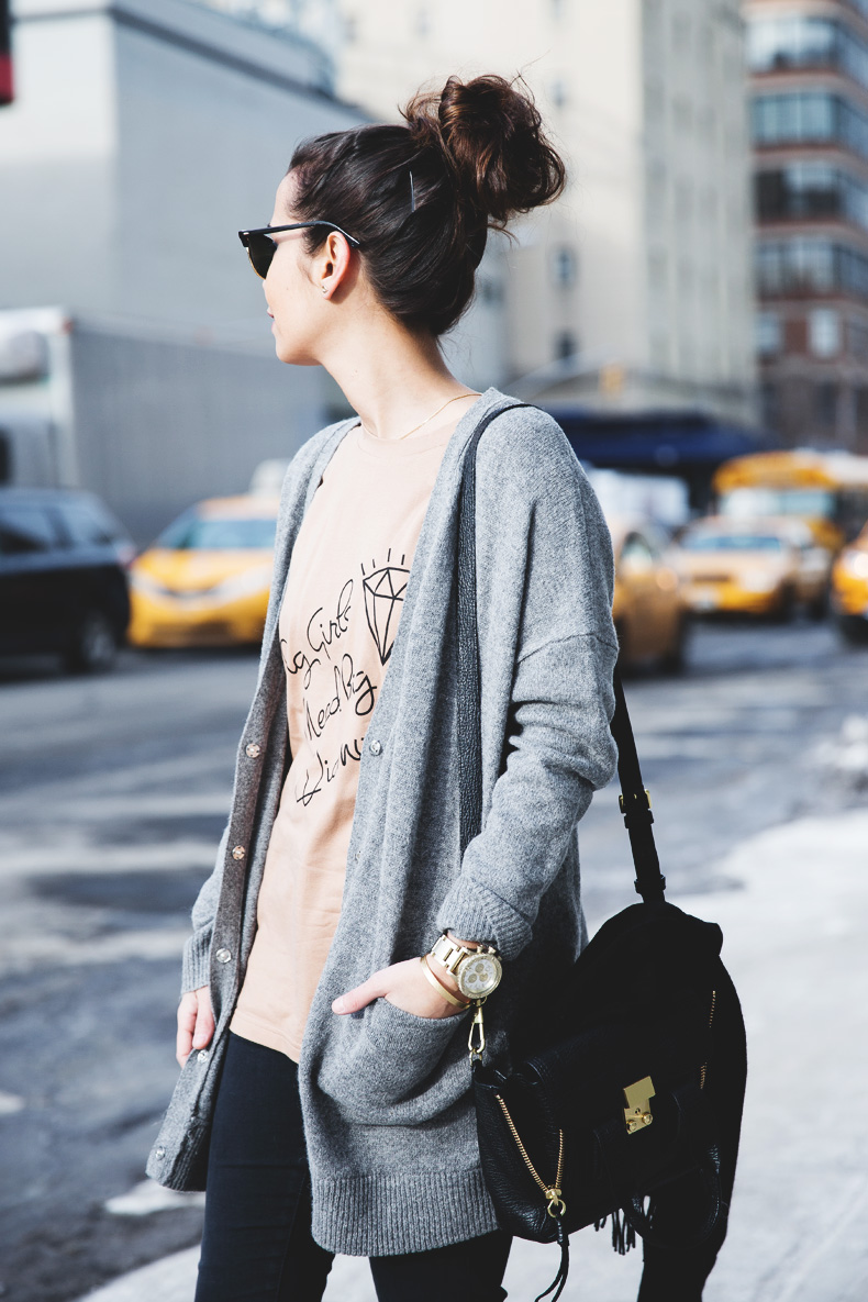 Sarenza-Sneakers-Jeans-Cardigan-Outfit-Street_Style-NYFW-