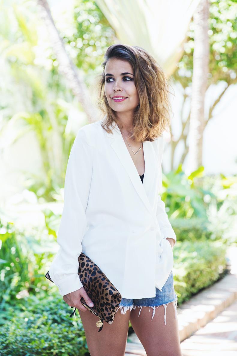 Levis_Vintage-Mango_Blouse-Leopard_Clutch-Clare_Vivier-Outfit-Street_Style-4