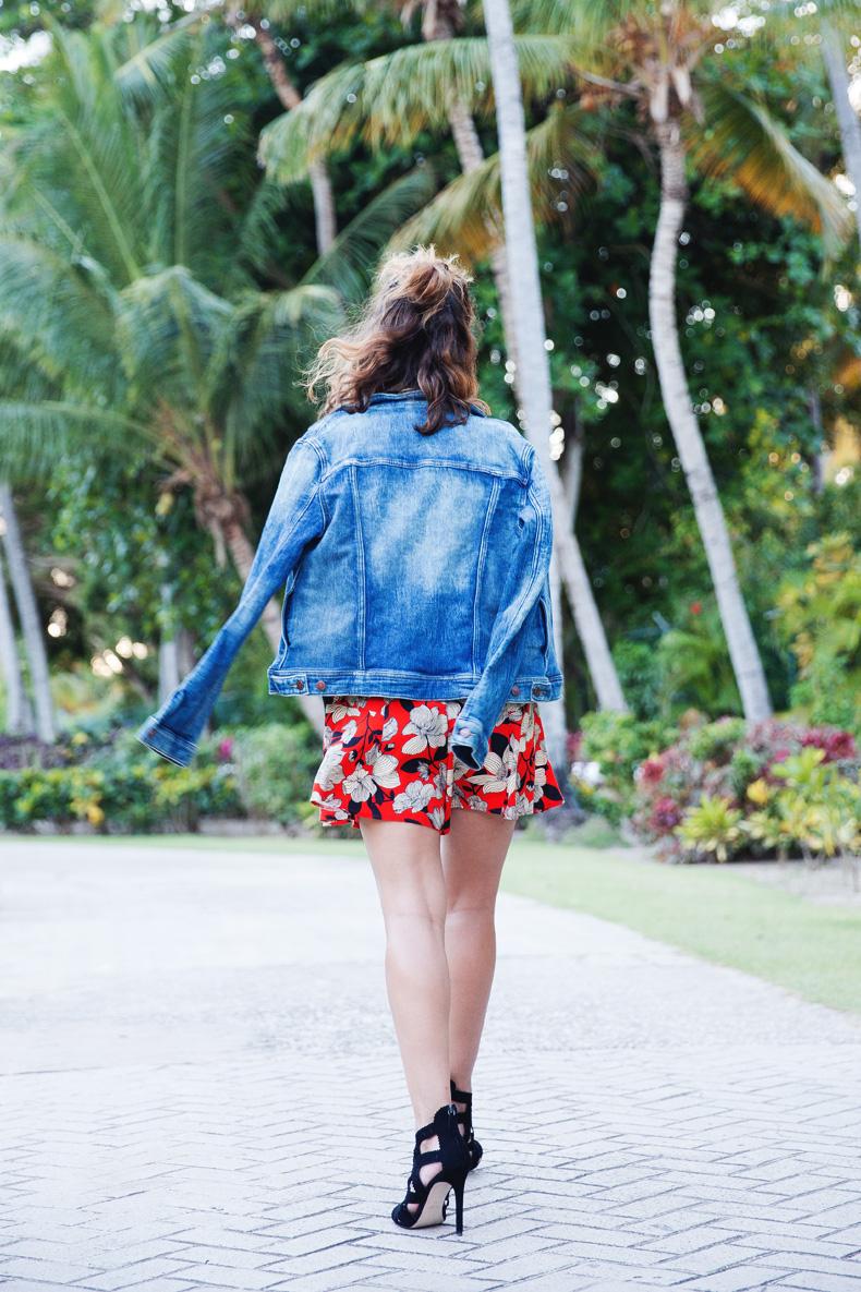 Floral_Short-Asos-Denim_Jacket-Sandals-Outfit-Street_Style-Karen_Walker-22