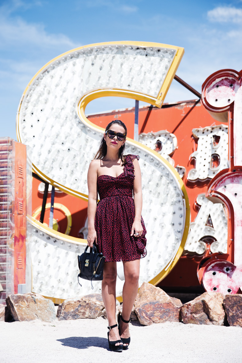 Las_Vegas-Neon_Museum-Asymmetric_Dress-Lips_Print-Mango-Outfit-travels-11