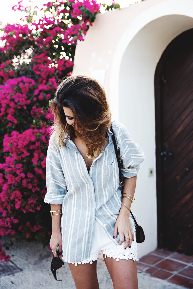 Beach_Outfit-Street_Style-Grey_Shirt-Stripes-White_Shorts-Wedges_Silver-1
