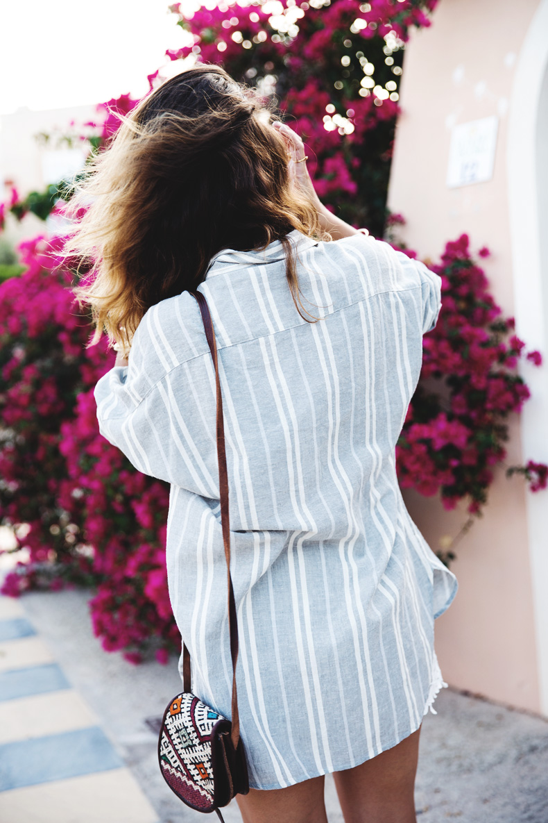 Beach_Outfit-Street_Style-Grey_Shirt-Stripes-White_Shorts-Wedges_Silver-6
