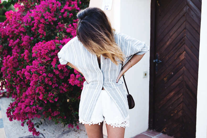 Beach_Outfit-Street_Style-Grey_Shirt-Stripes-White_Shorts-Wedges_Silver-35