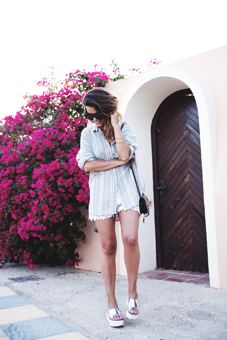 Beach_Outfit-Street_Style-Grey_Shirt-Stripes-White_Shorts-Wedges_Silver-31
