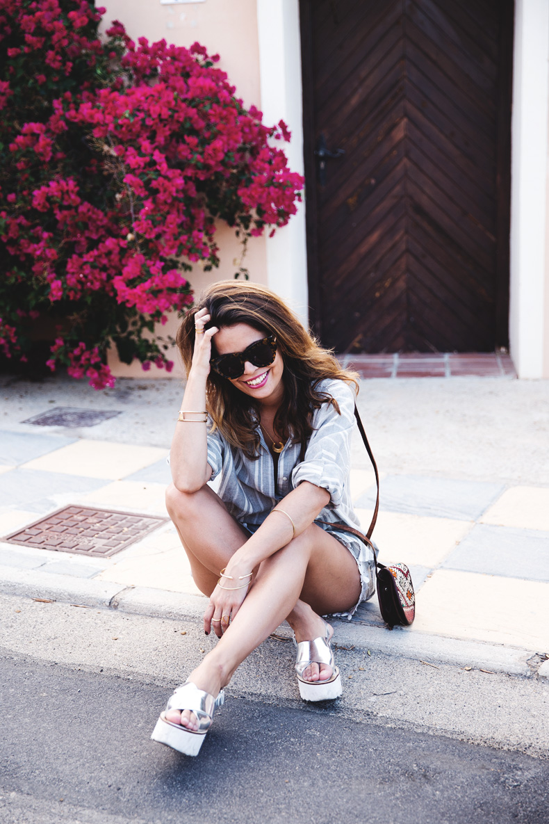 Beach_Outfit-Street_Style-Grey_Shirt-Stripes-White_Shorts-Wedges_Silver-23