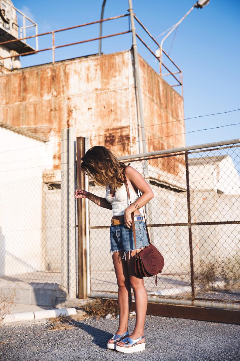 Crochet_top-Levis-Outfit-Summer-Beach-Wedges-Street_Style-1