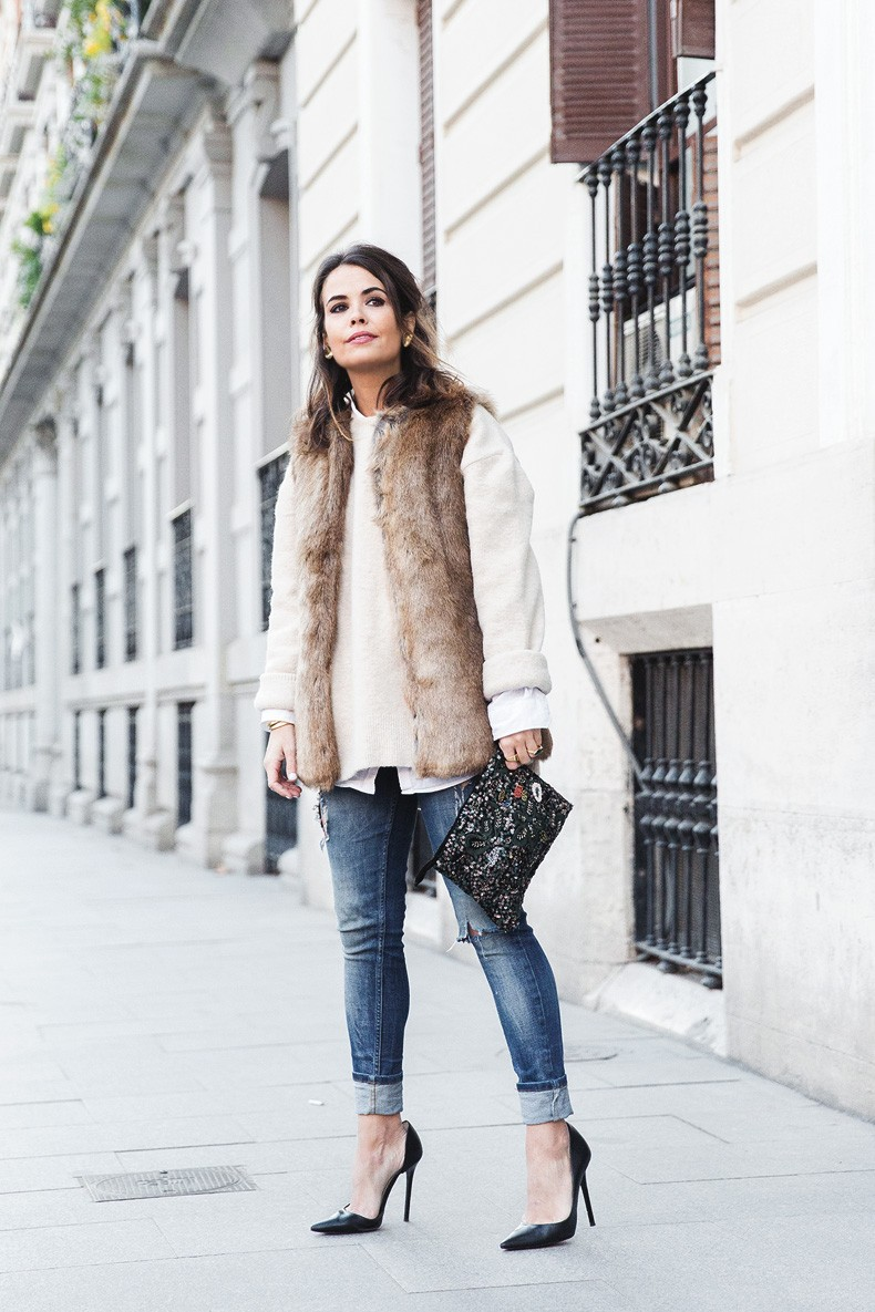 Tous_Jewelry-Faux_Fur_Vest-Ripped_Jeans-Beaded_Clutch-Outfit-Street_Style-18