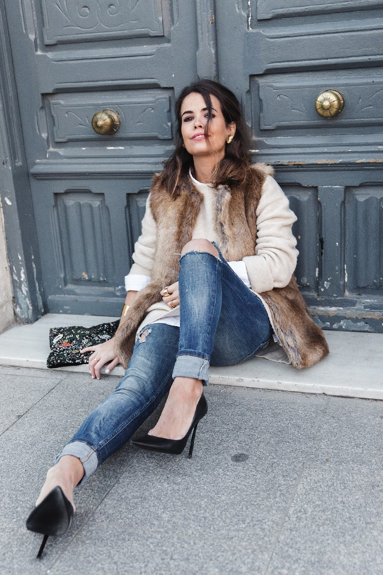 Tous_Jewelry-Faux_Fur_Vest-Ripped_Jeans-Beaded_Clutch-Outfit-Street_Style-29