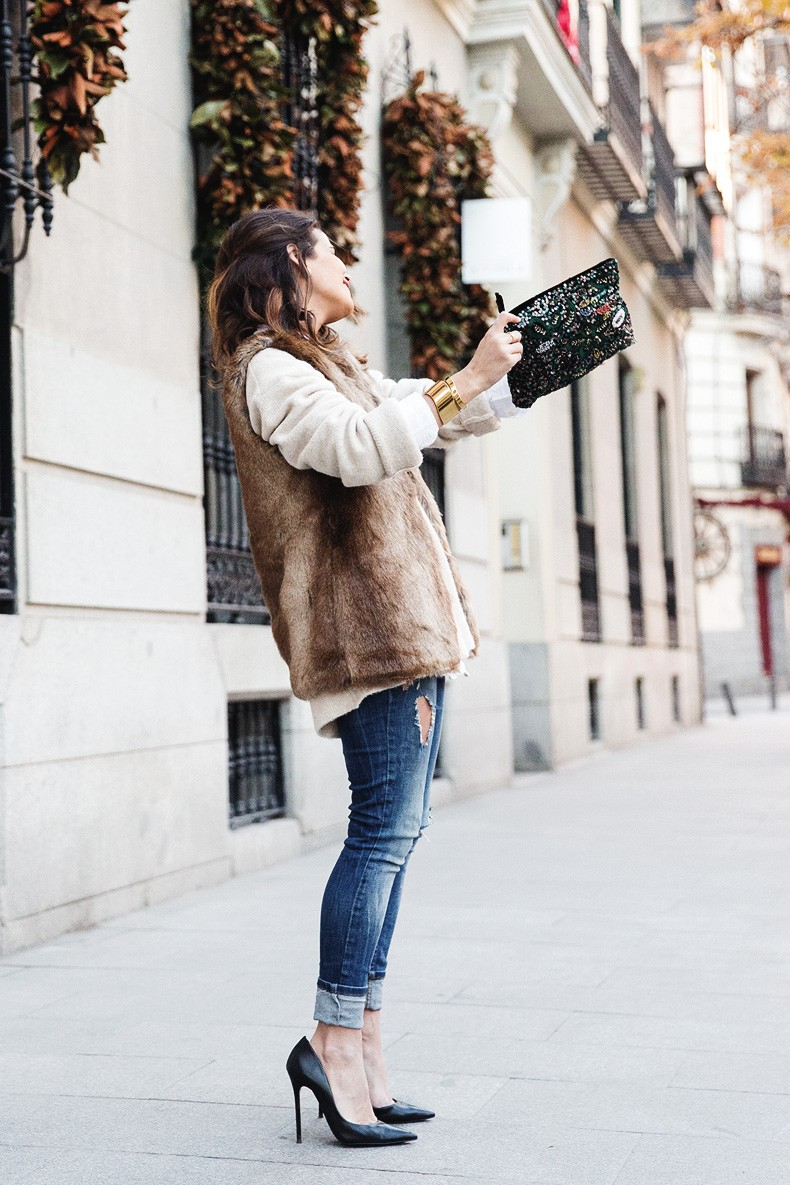 Tous_Jewelry-Faux_Fur_Vest-Ripped_Jeans-Beaded_Clutch-Outfit-Street_Style-46