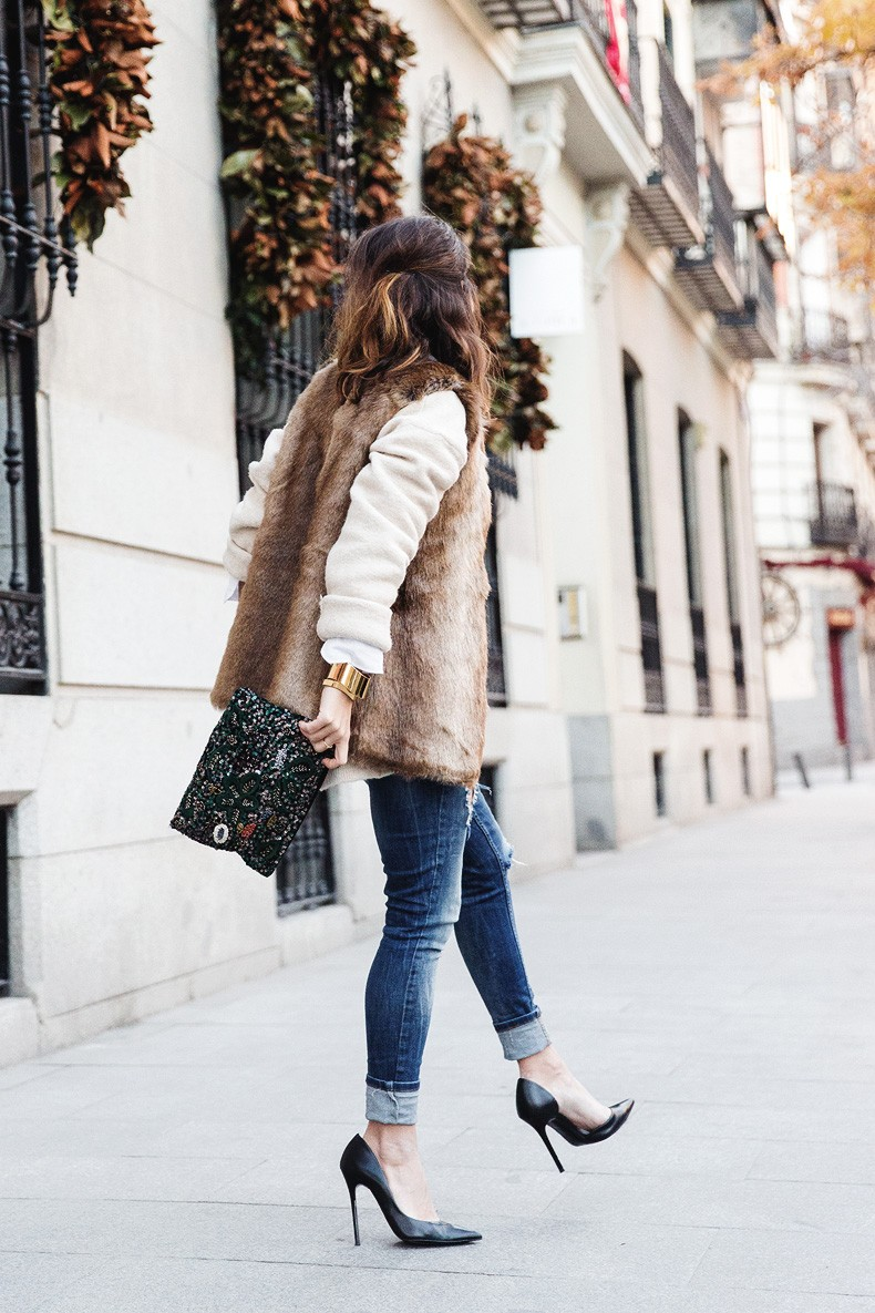 Tous_Jewelry-Faux_Fur_Vest-Ripped_Jeans-Beaded_Clutch-Outfit-Street_Style-51
