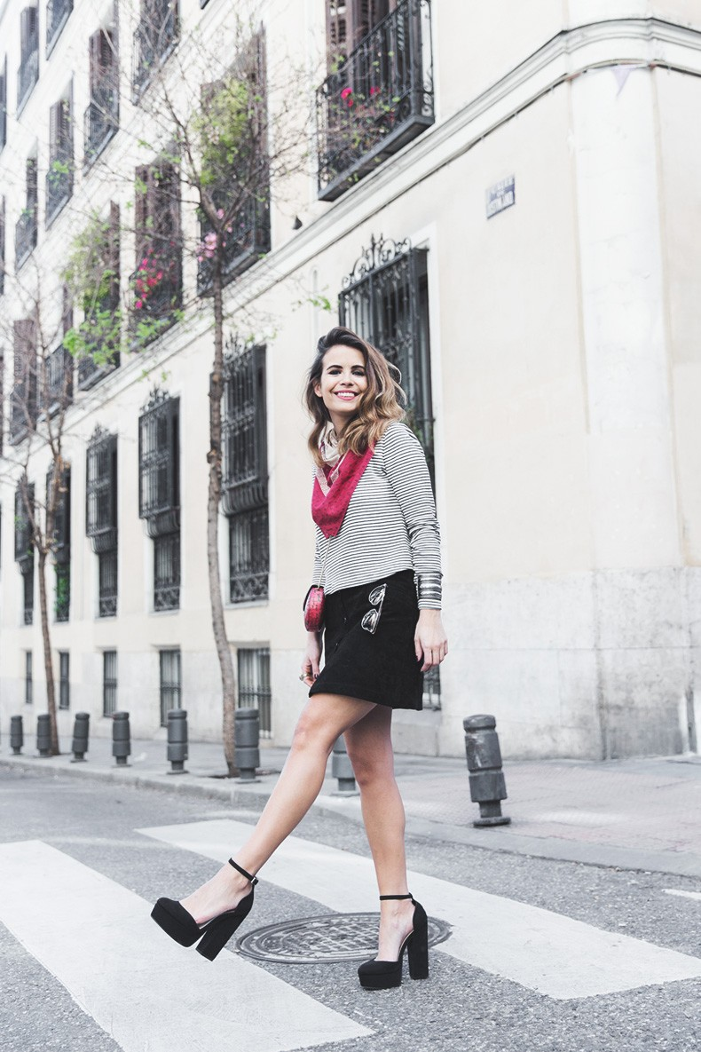 Suede_Skirt-Striped_Top-Bandana-Vintage_Bag-Outfit-Street_Style-