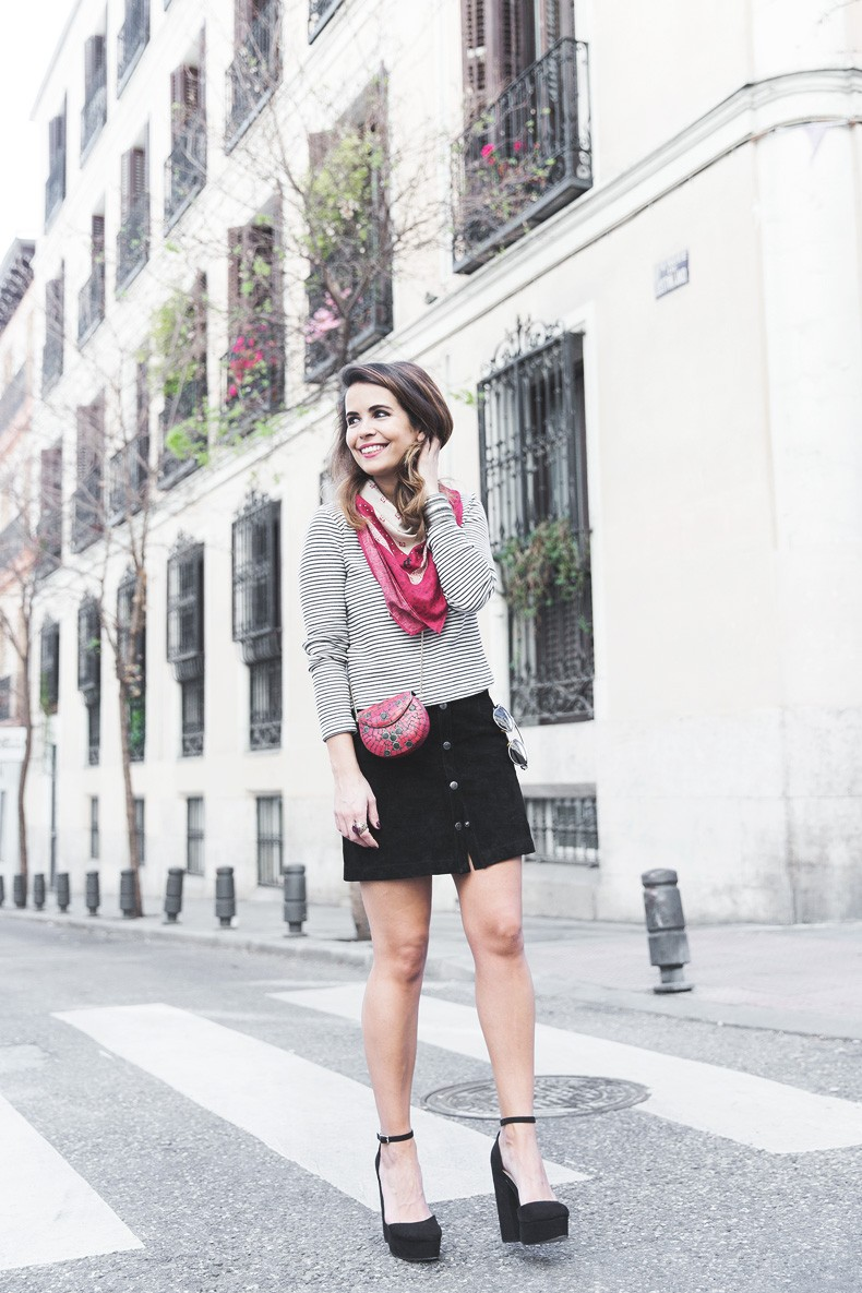 Suede_Skirt-Striped_Top-Bandana-Vintage_Bag-Outfit-Street_Style-12