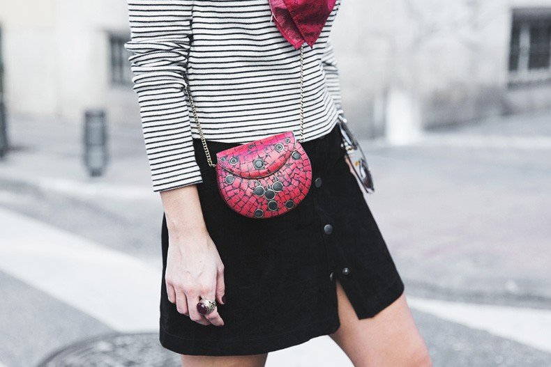Suede_Skirt-Striped_Top-Bandana-Vintage_Bag-Outfit-Street_Style-25