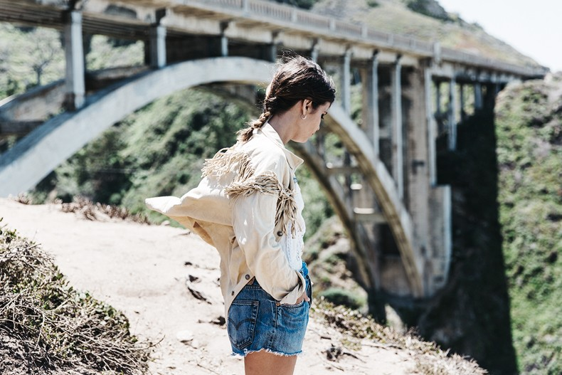 Big_Sur-Fringed_Suede_Jacket-Polo_Ralph_Lauren-Levis-Shorts-Sneakers-USA_Road_Trip-Outfit-Street_Style-30