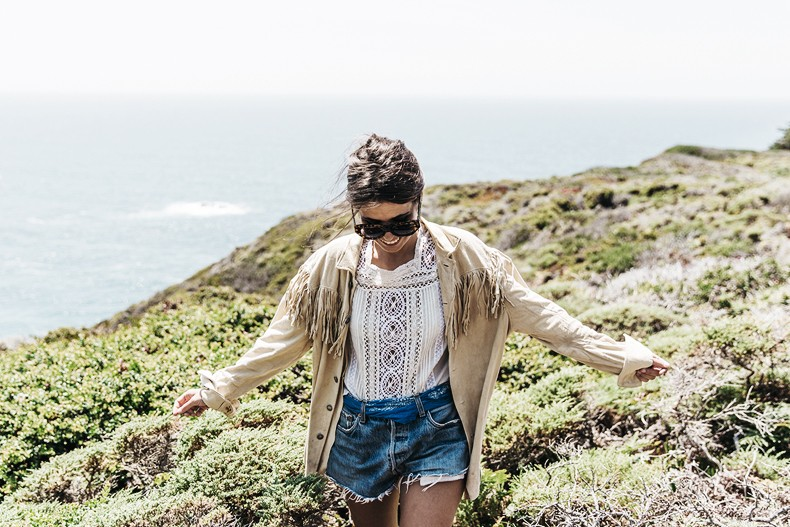 Big_Sur-Fringed_Suede_Jacket-Polo_Ralph_Lauren-Levis-Shorts-Sneakers-USA_Road_Trip-Outfit-Street_Style-35
