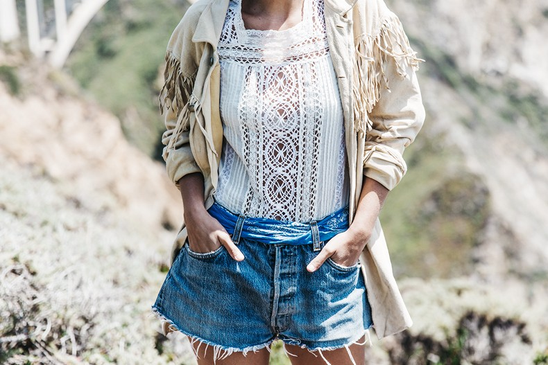 Big_Sur-Fringed_Suede_Jacket-Polo_Ralph_Lauren-Levis-Shorts-Sneakers-USA_Road_Trip-Outfit-Street_Style-37