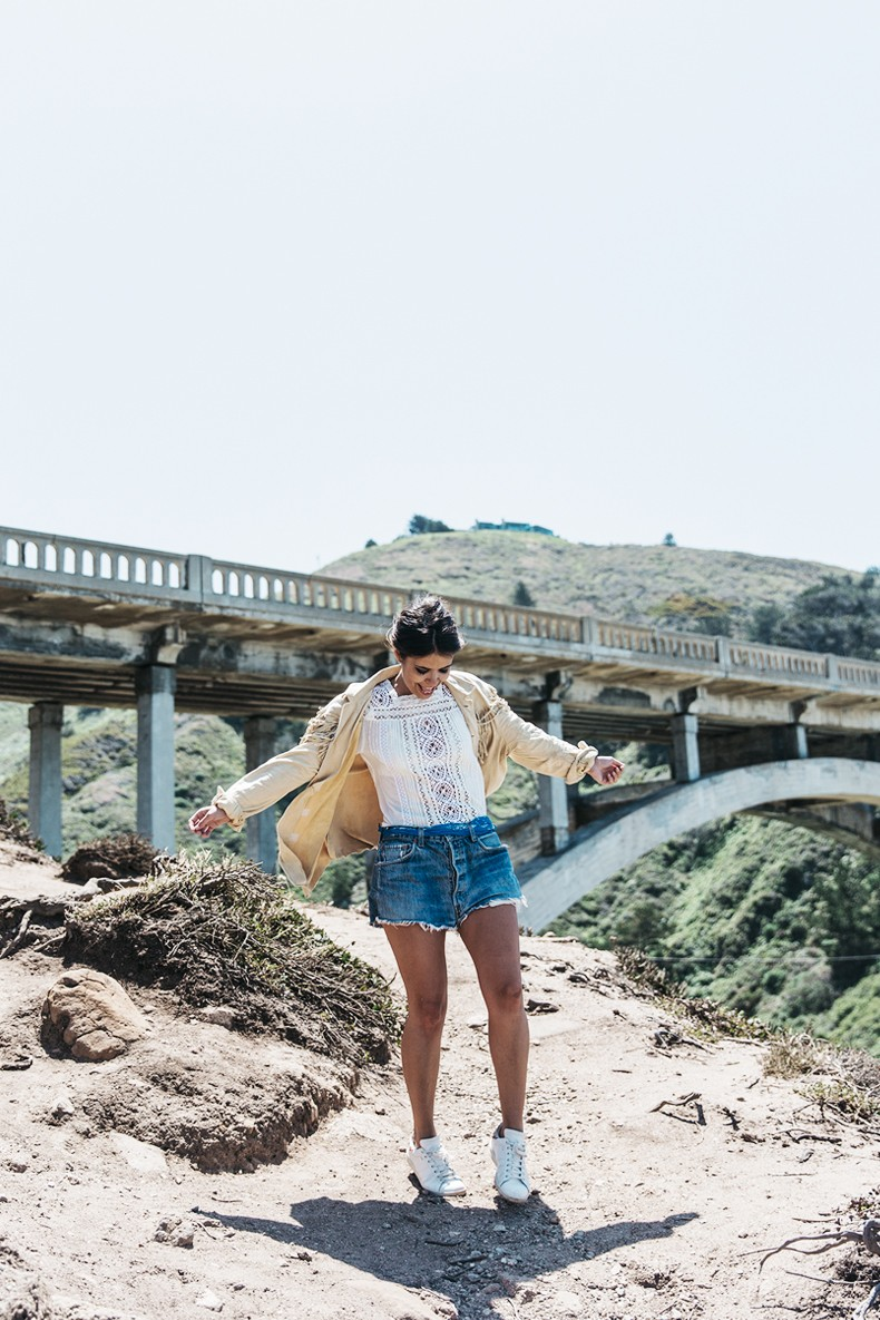 Big_Sur-Fringed_Suede_Jacket-Polo_Ralph_Lauren-Levis-Shorts-Sneakers-USA_Road_Trip-Outfit-Street_Style-40