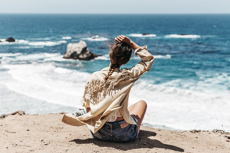 Big_Sur-Fringed_Suede_Jacket-Polo_Ralph_Lauren-Levis-Shorts-Sneakers-USA_Road_Trip-Outfit-Street_Style-44