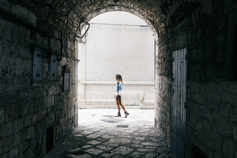 Conversano-Italy_road_trip-Poncho-Levis-Outfit-Isabel_Marant-Collage_Vintage-39