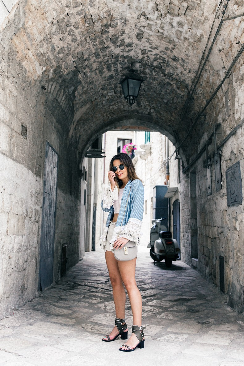 Conversano-Italy_road_trip-Poncho-Levis-Outfit-Isabel_Marant-Collage_Vintage-42