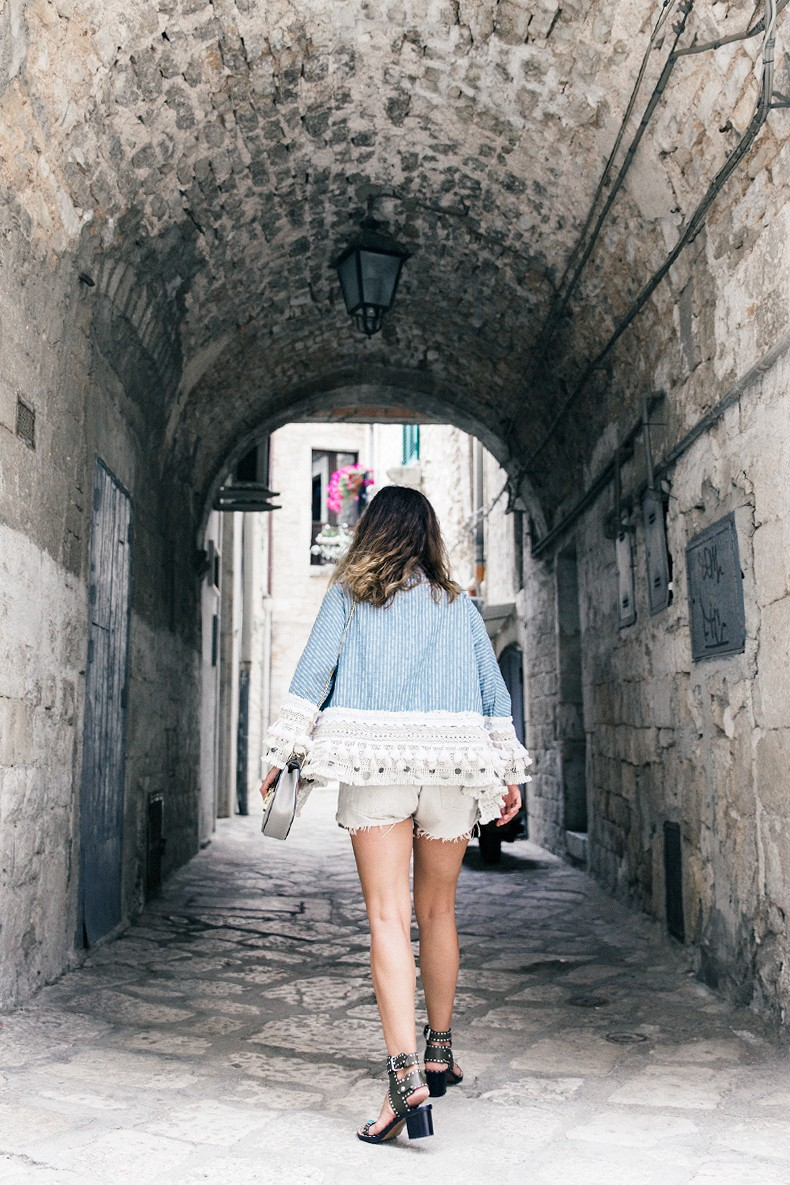 Conversano-Italy_road_trip-Poncho-Levis-Outfit-Isabel_Marant-Collage_Vintage-46
