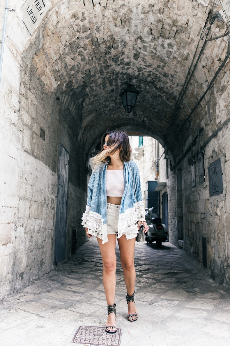 Conversano-Italy_road_trip-Poncho-Levis-Outfit-Isabel_Marant-Collage_Vintage-47
