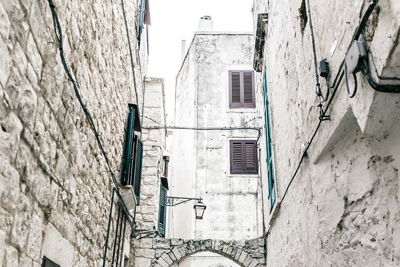 Conversano-Italy_road_trip-Poncho-Levis-Outfit-Isabel_Marant-Collage_Vintage-5