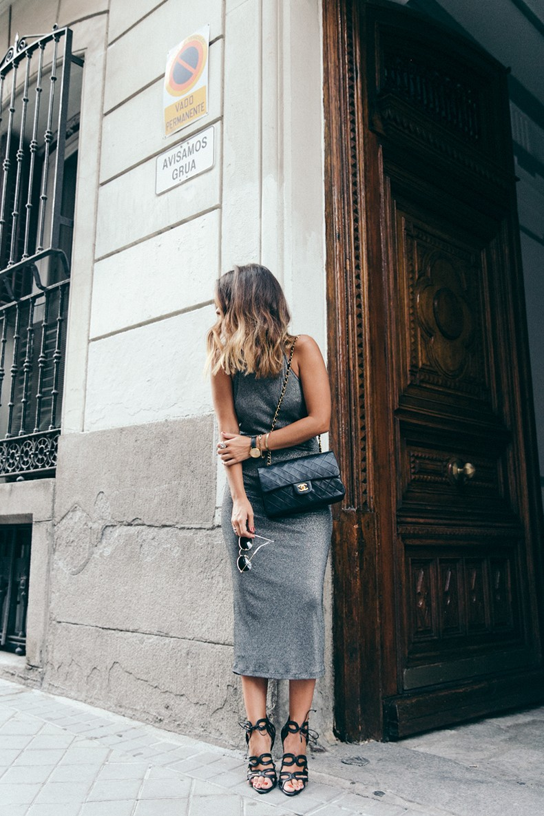 Topshop_Vintage_Collection-Silver_Pencil_Dress-Metallic-Lace_Up_Sandals-Open_Back_Dress-Ray_Ban-Chanel_Bag-Outfit-Street_Style-34