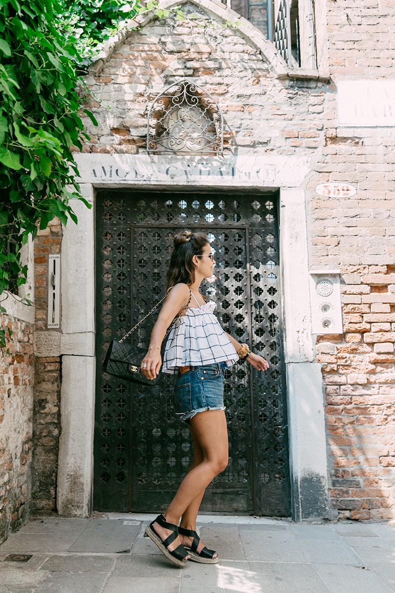 Venezia-Checked_Top-Levis-Floral_Scarf-Scarf_as_Bracelet-Outfit-Black_Espadrilles-Chanel_Vintage-Outfit-Collage_On_The_Road-15