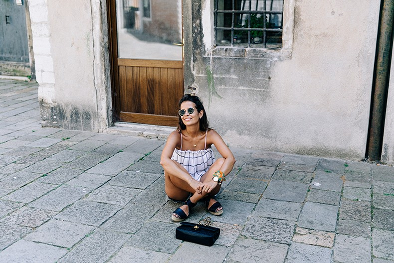 Venezia-Checked_Top-Levis-Floral_Scarf-Scarf_as_Bracelet-Outfit-Black_Espadrilles-Chanel_Vintage-Outfit-Collage_On_The_Road-27