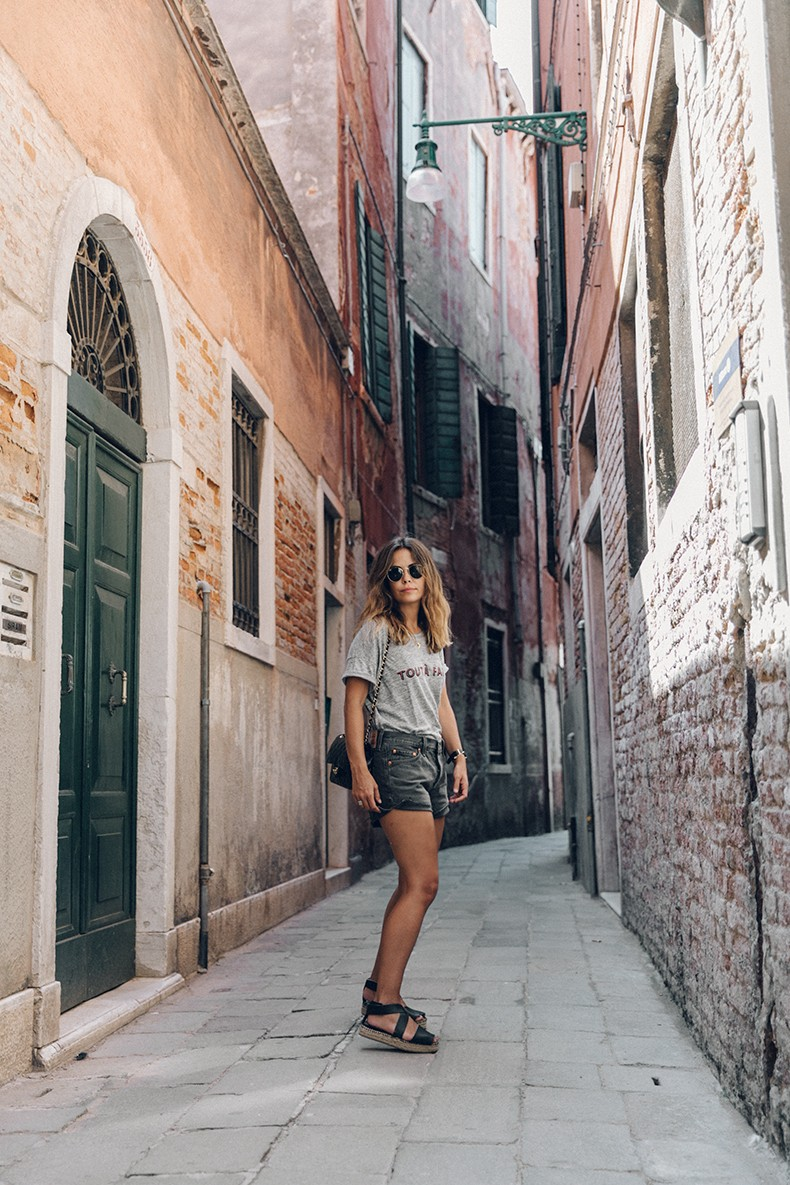 Venezia-Collage_On_The_Road-Levis_Shorts-Madewell_Top-Chanel_Vintage_Bag-Espadrilles-Outfit-47