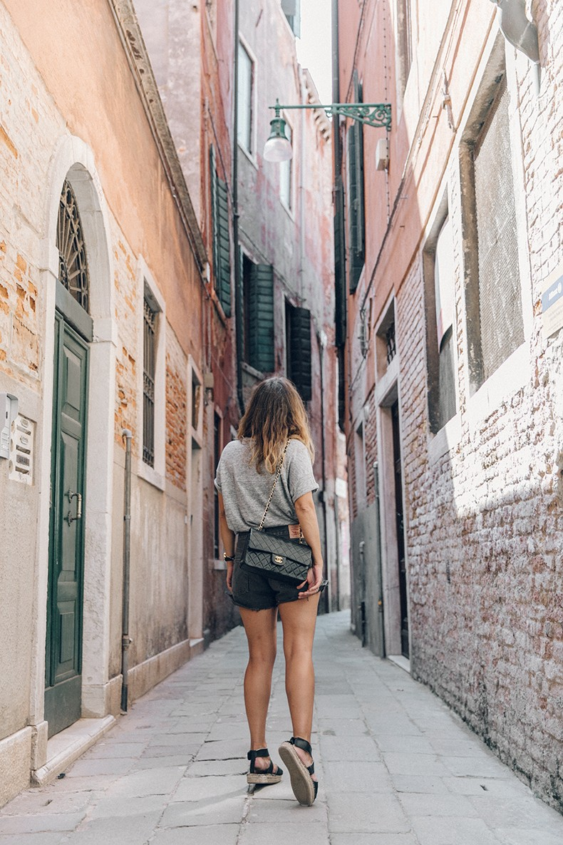Venezia-Collage_On_The_Road-Levis_Shorts-Madewell_Top-Chanel_Vintage_Bag-Espadrilles-Outfit-50
