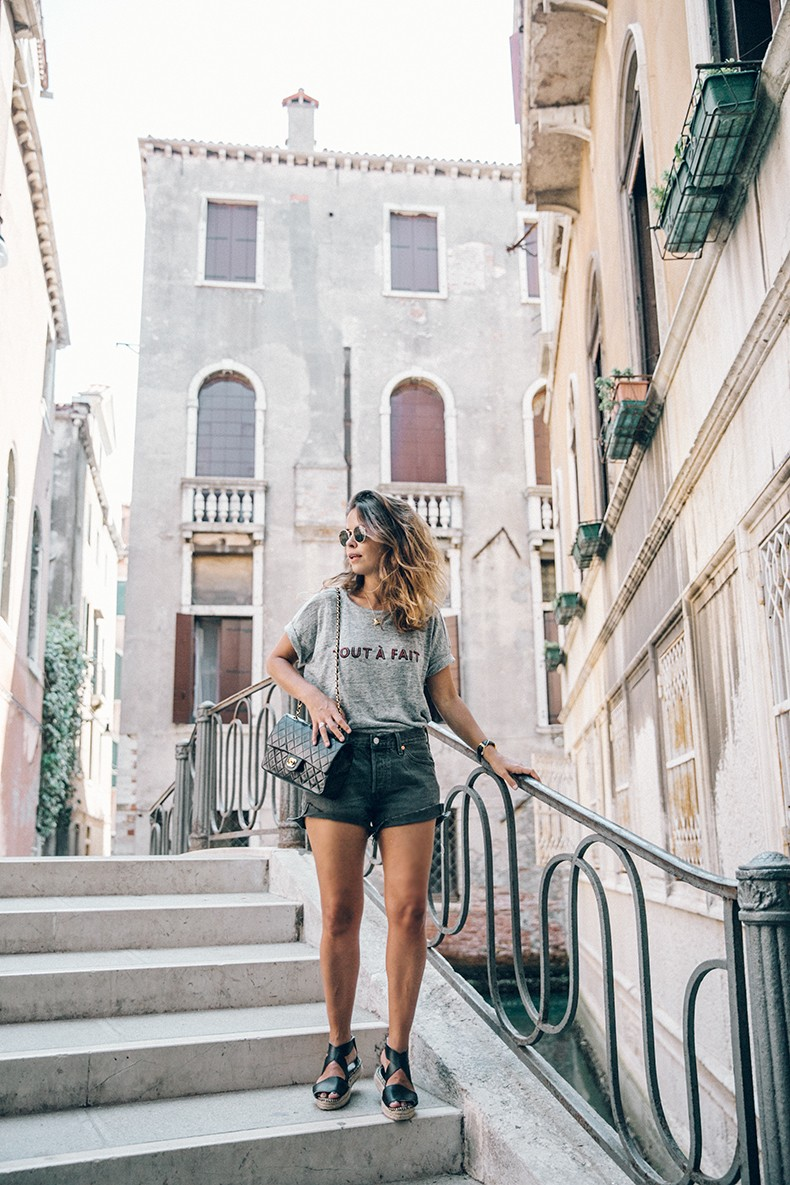 Venezia-Collage_On_The_Road-Levis_Shorts-Madewell_Top-Chanel_Vintage_Bag-Espadrilles-Outfit-53