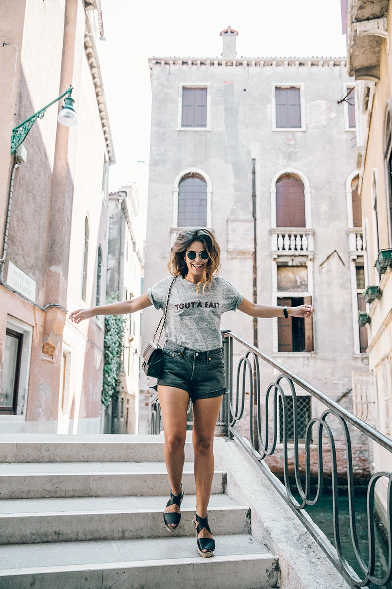 Venezia-Collage_On_The_Road-Levis_Shorts-Madewell_Top-Chanel_Vintage_Bag-Espadrilles-Outfit-56