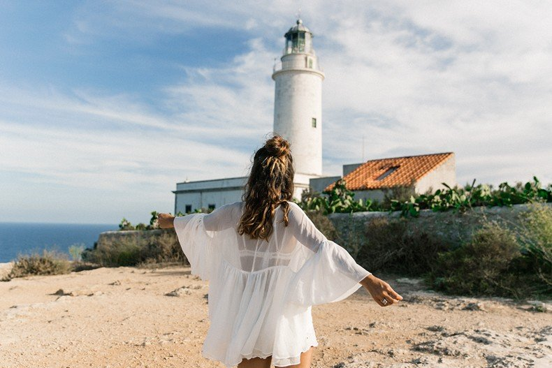 Faro_De_La_Mola-Formentera-Total_White_Outfit-Castaner_Espadrilles-Topknot-Outfit-Collage_On_THe_Road-Sumemr_LOOK-26