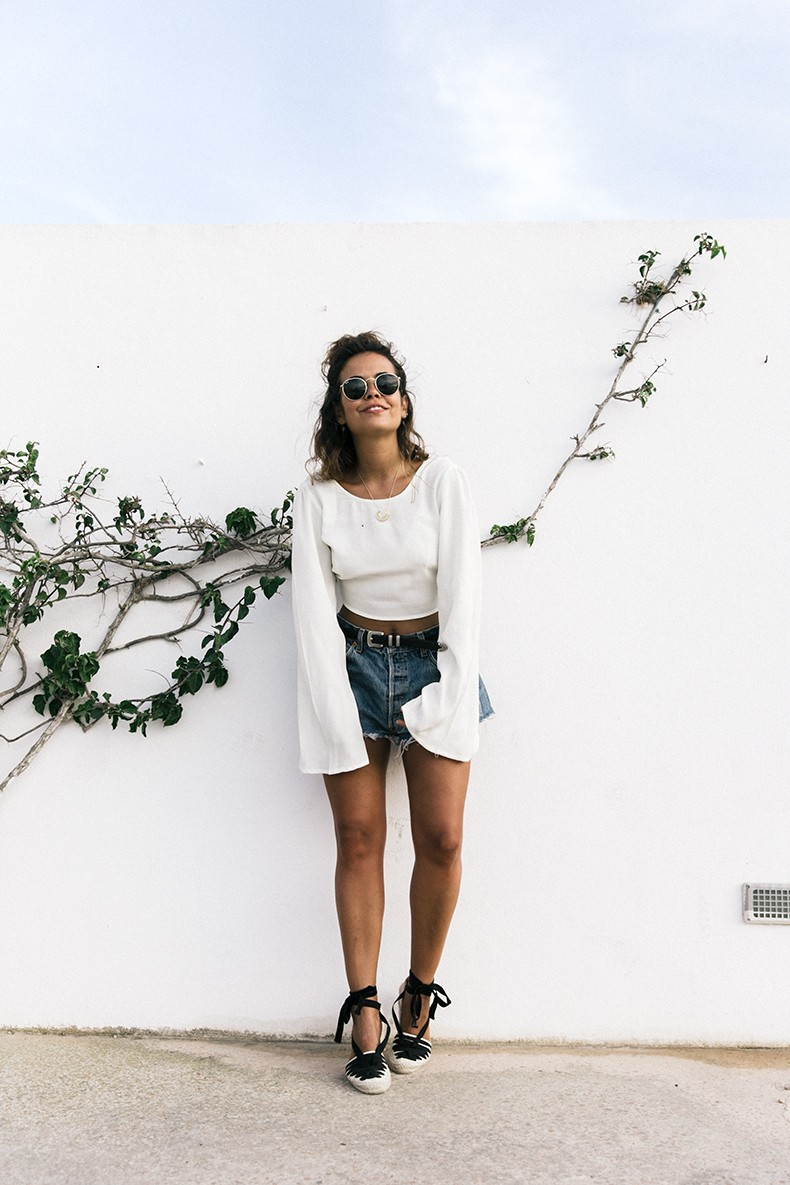 Levis_Vintage-Shorts-Denim-Open_Back_Top-Castaner_Espadrilles-Outfit-Formentera-Summer_Look-1