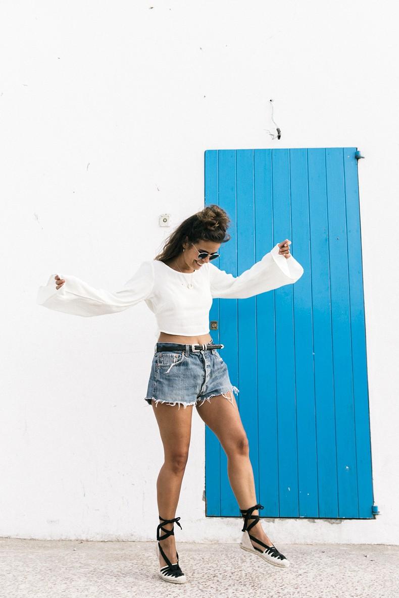 Levis_Vintage-Shorts-Denim-Open_Back_Top-Castaner_Espadrilles-Outfit-Formentera-Summer_Look-12