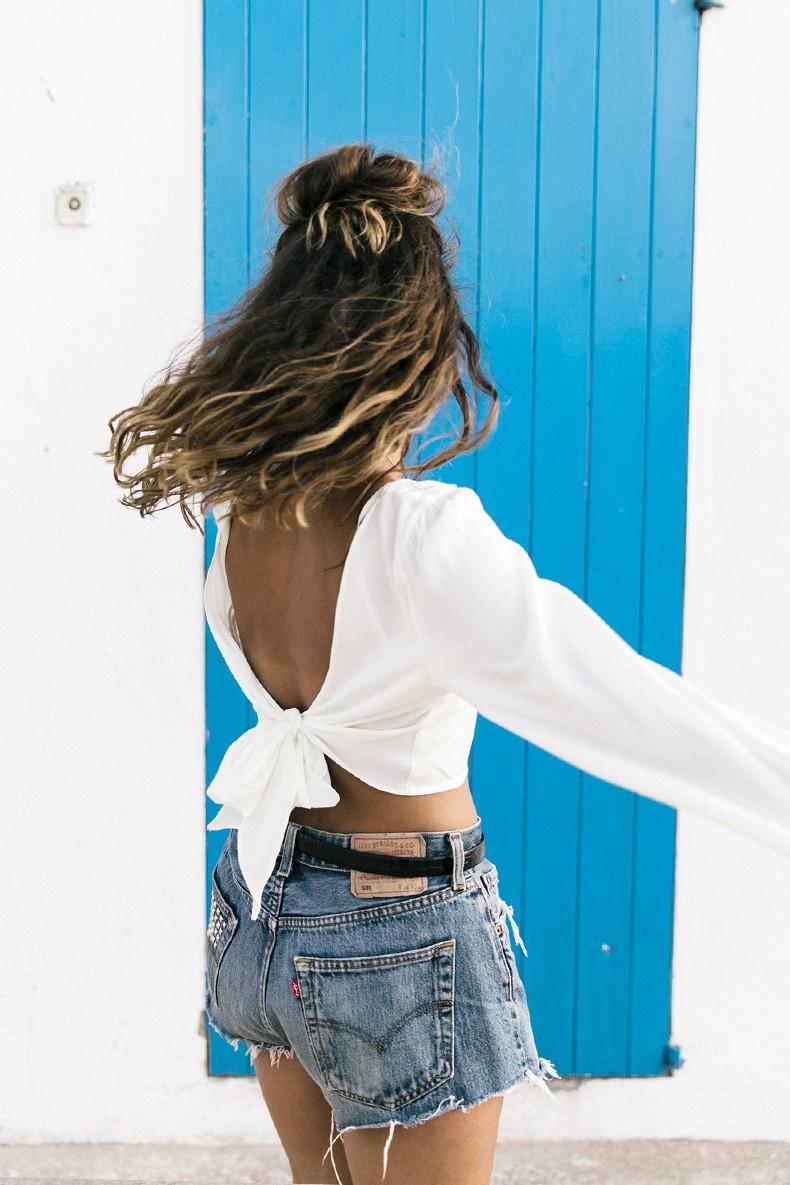 Levis_Vintage-Shorts-Denim-Open_Back_Top-Castaner_Espadrilles-Outfit-Formentera-Summer_Look-16