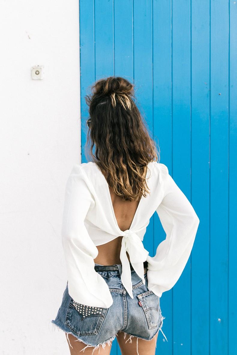 Levis_Vintage-Shorts-Denim-Open_Back_Top-Castaner_Espadrilles-Outfit-Formentera-Summer_Look-18