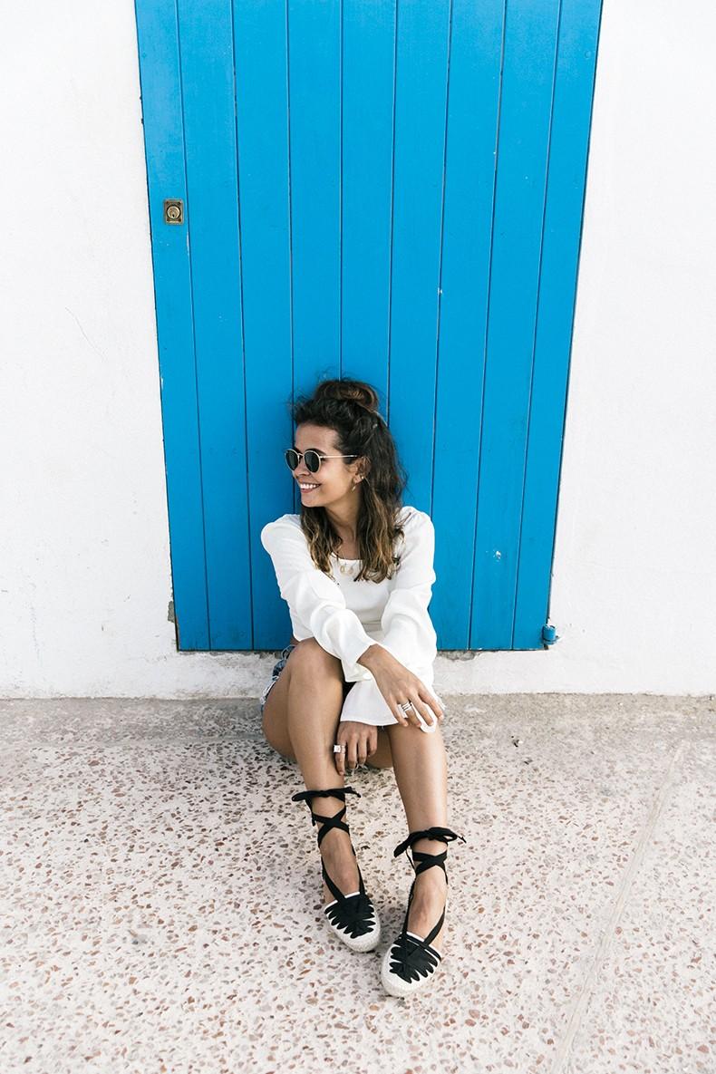Levis_Vintage-Shorts-Denim-Open_Back_Top-Castaner_Espadrilles-Outfit-Formentera-Summer_Look-19