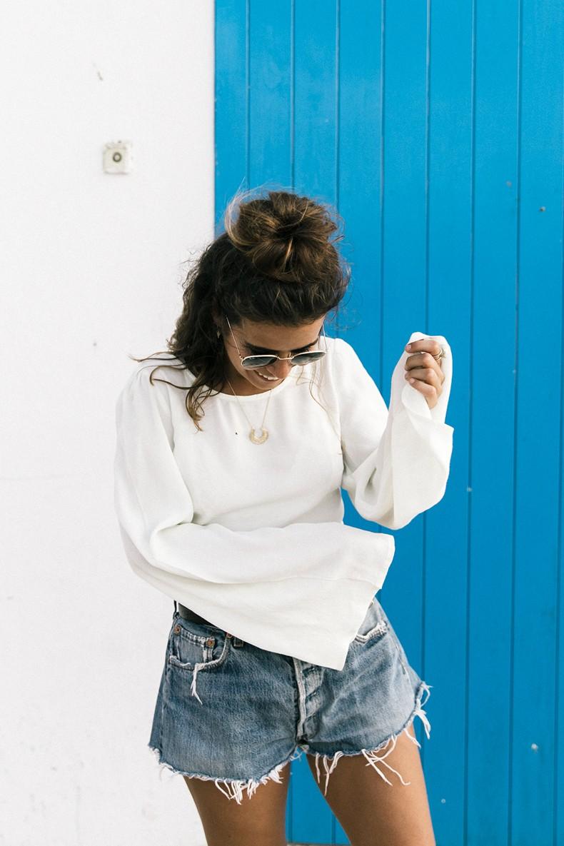 Levis_Vintage-Shorts-Denim-Open_Back_Top-Castaner_Espadrilles-Outfit-Formentera-Summer_Look-6