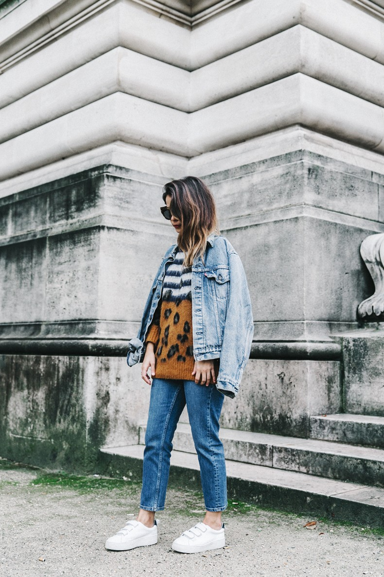 Double_Denim-Sandro_Paris-Leopard_Jumper-Sneakers-Vintage_Levis-Cropped_Trousers-Outfit-Street_Style-