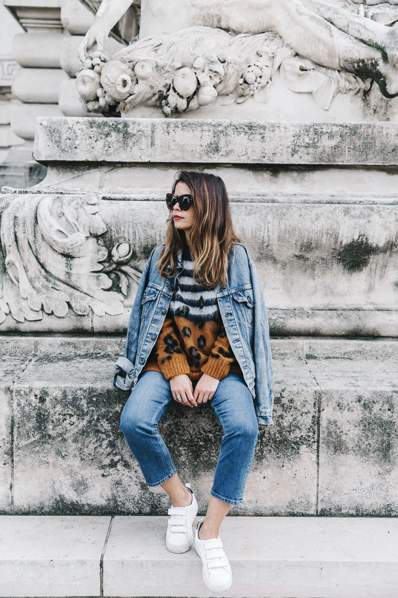 Double_Denim-Sandro_Paris-Leopard_Jumper-Sneakers-Vintage_Levis-Cropped_Trousers-Outfit-Street_Style-10