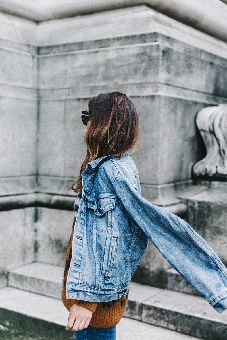 Double_Denim-Sandro_Paris-Leopard_Jumper-Sneakers-Vintage_Levis-Cropped_Trousers-Outfit-Street_Style-20