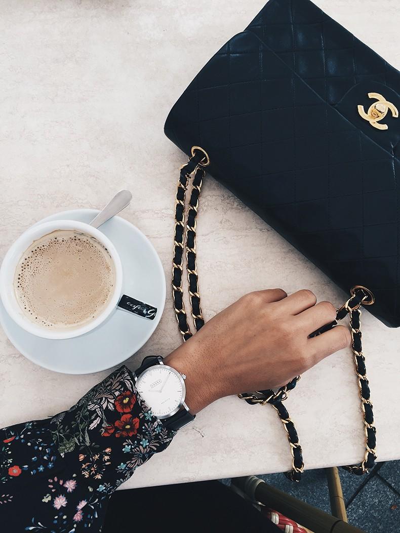 Ladies_in_Levis-Serie_711-Grey_Jacket-Floral_Blouse-Big_Loop_Earrings-Black_Boots-Outfit-200
